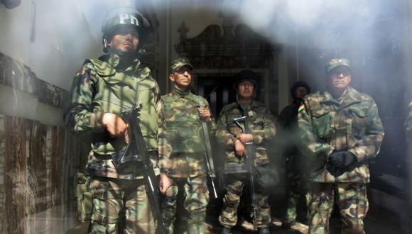 Militares cuidan la entrada del palacio presidencial. (Reuters)