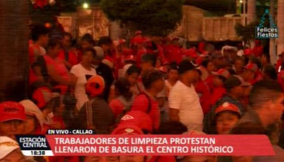 Trabajadores de limpieza de SLIMP Callao llenaron de basura las principales avenidas del puerto y el centro histórico del Callao en protesta. (Foto: ATV+)