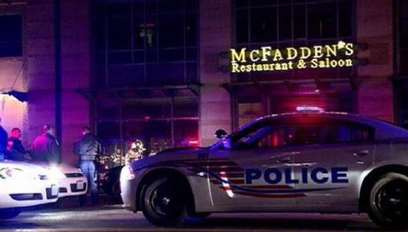 Movimiento policial fuera del restaurante McFadden\'s en Washington DC. (@QUEcified en Twitter)