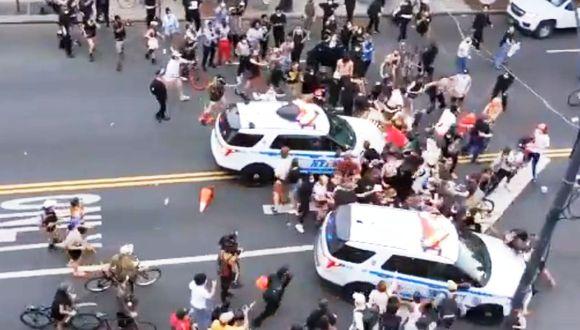 Policía atropella a manifestantes durante protestas por muerte de George Floyd. (Captura de pantalla)
