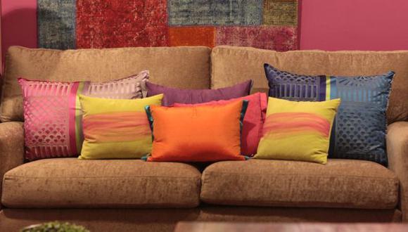 Los  cojines  de  tonos  cálidos,  como  crema, arena, topo o de toque naranja, son ideales  para  ambientes  tradicionales. (Difusión)