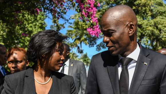 El presidente de Haití, Jovenel Moise (derecha), con la primera dama Martine Moise (izquierda) en una ceremonia oficial del décimo aniversario del terremoto de Haití en Puerto Príncipe, el 12 de enero de 2020. (Foto de CHANDAN KHANNA / AFP)