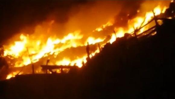 Más de ocho unidades de los Bomberos llegaron a la zona para controlar las llamas. (Foto: Captura América Noticias)
