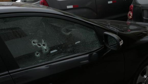 Se salvó. Sicario disparó cinco tiros al lado derecho del auto, donde estaba Juan Guevara. (César Fajardo)