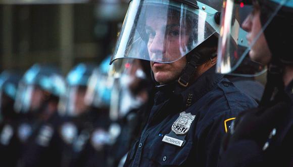 Nueva York: Policías renuncian en apoyo a compañeros suspendidos por empujar a hombre de 75 años. (EFE/EPA/ALBA VIGARAY)