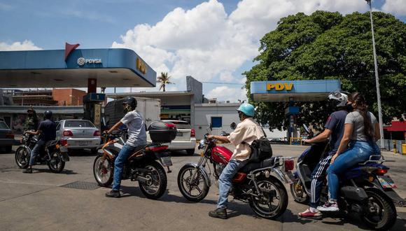 Motociclistas hacen fila en una estación de gasolina en Caracas. (EFE/Miguel Gutiérrez).