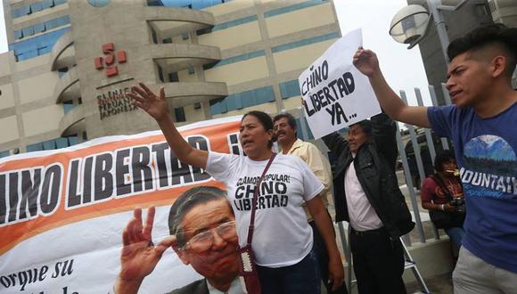 Simpatizantes de Alberto Fujimori apostado en la clínica Centenario celebraron indulto a su líder. (Geraldo Caso Bizama)