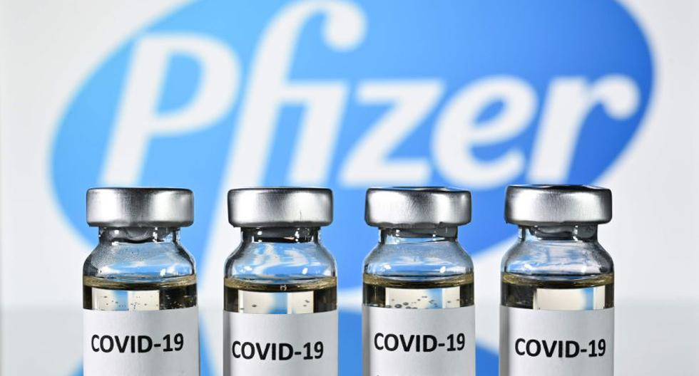 Una imagen ilustrativa muestra viales con adhesivos de la vacuna COVID-19. (AFP / JUSTIN TALLIS).