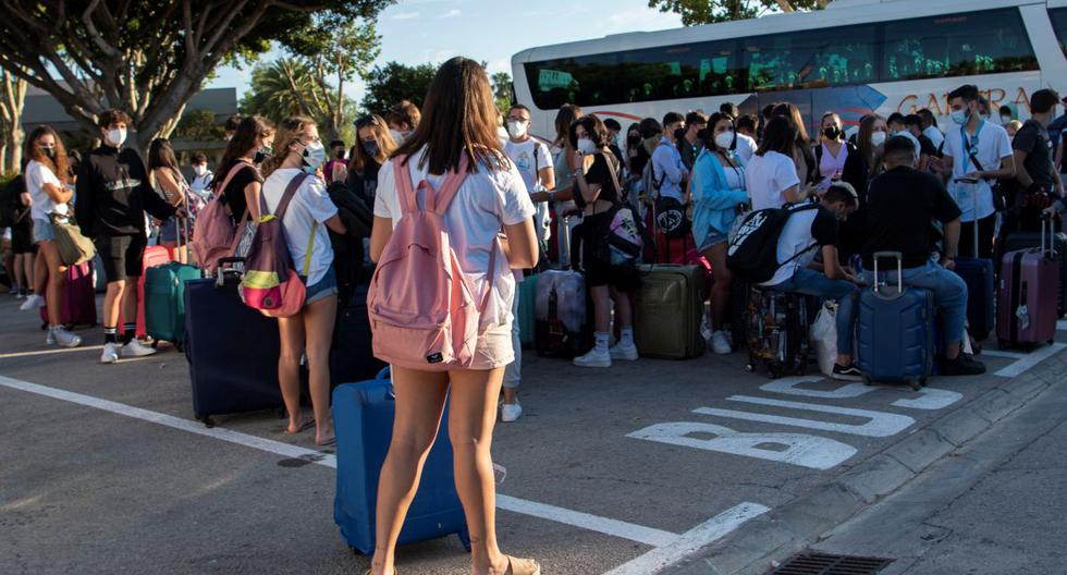 """Varios estudiantes, que se encontraban en cuarentena por el macrobrote de COVID-19, aguardan a su llegada a la estación marítima para embarcar en el """"barco burbuja"""" hacia Valencia, este jueves, en Palma de Mallorca. (EFE/Cati Cladera)."""