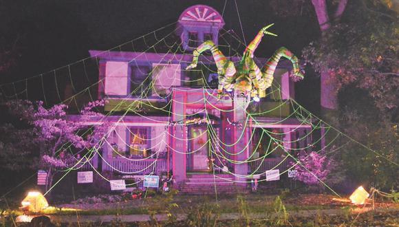 Una casa decorada por Halloween con una gigantesca araña se convirtió en una sensación viral en redes sociales. |  Crédito: Marty Wangelin / eastaurorany.com