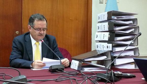 Marco Falconí con el voluminoso expediente del caso Urtecho. (Patricia Quispe)