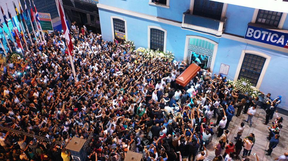 Así se abrió paso féretro de Alan García a su llegada a la Casa del Pueblo. (Fotos: Daniel Apuy/GEC)