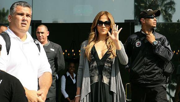 Tras abandonar el hotel, J.Lo se dio tiempo para firmar algunos autógrafos a sus fans. (USI)