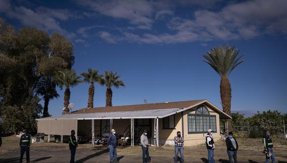 Los trabajadores agrícolas esperan en la fila para recibir la vacuna Pfizer-BioNTech contra la COVID-19 en Tudor Ranch, California. (Foto: Jae C. Hong)