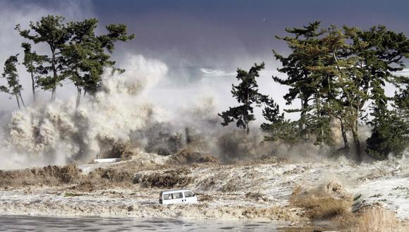 Olas de tsunami golpeando la costa de Minamisoma en la prefectura de Fukushima, a raíz del terremoto en Japón hace diez años. (Foto: AFP)