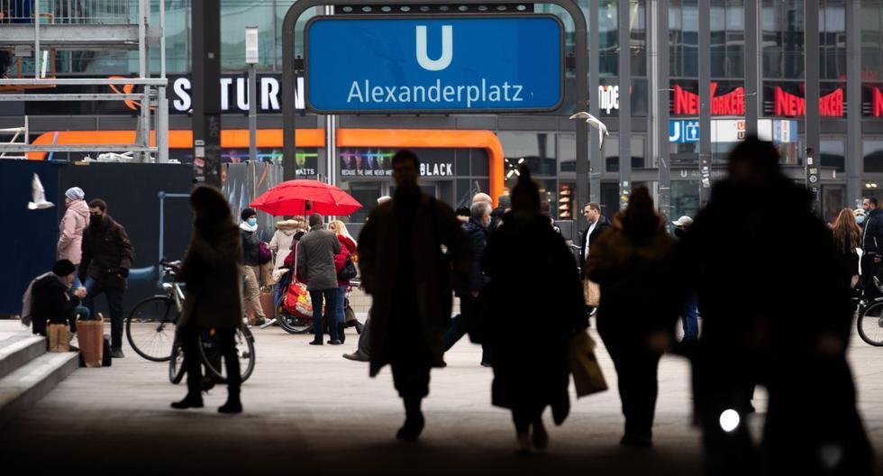 La gente camina en la principal zona comercial de Berlín, Alexanderplatz, en Berlín, Alemania, el 15 de diciembre de 2020. (EFE/EPA/HAYOUNG JEON).