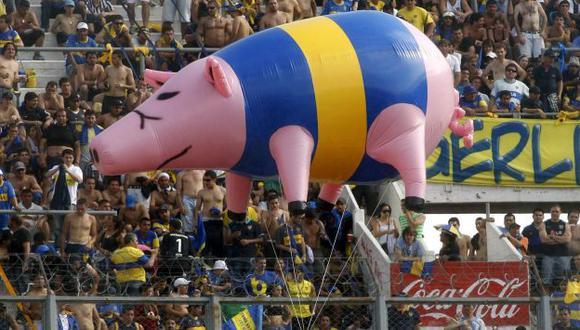 ¿QUIÉN RÍE AHORA?  La hinchada de River hizo volar un inflable con los colores de Boca. (Reuters)