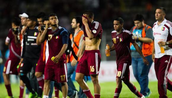 Los jugadores venezolanos lamentaron el empate que los dejó fuera de carrera. (EFE)