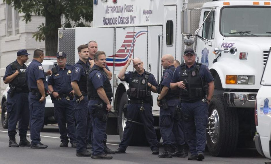 En los accesos de las calles que rodean la Casa Blanca hay varios vehículos de la Policía municipal, mientras que en las esquinas se concentran agentes locales vestidos de azul y con chalecos amarillos, así como miembros del Servicio Secreto, de negro y con chalecos antibalas. (Foto: EFE / Referencial)