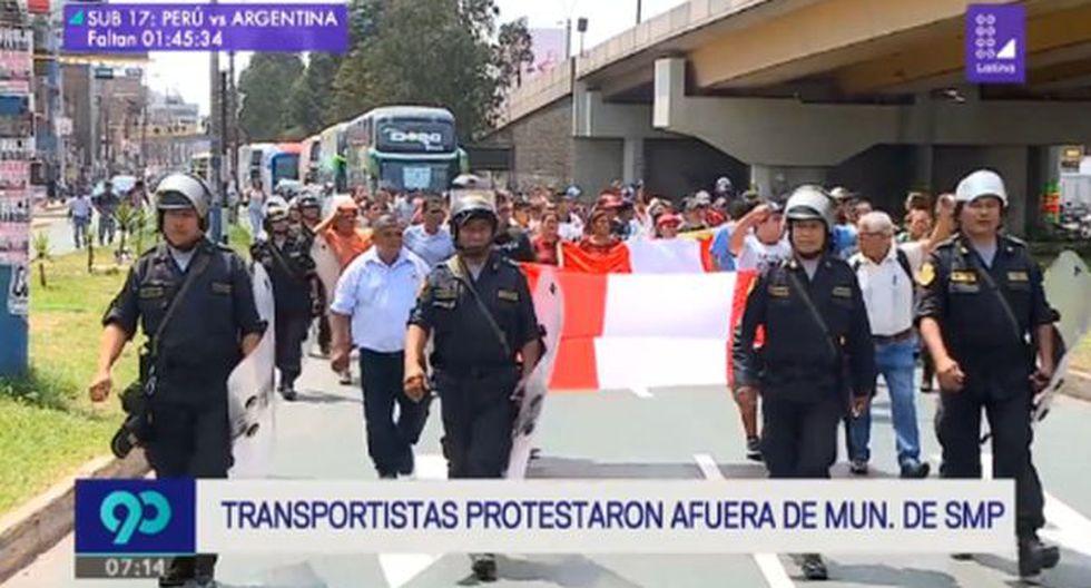 Algunas unidades de transporte lucían en la parte delantera mensajes de apoyo a la empresa Sajy, cuya unidad se incendió el último domingo. (Latina)