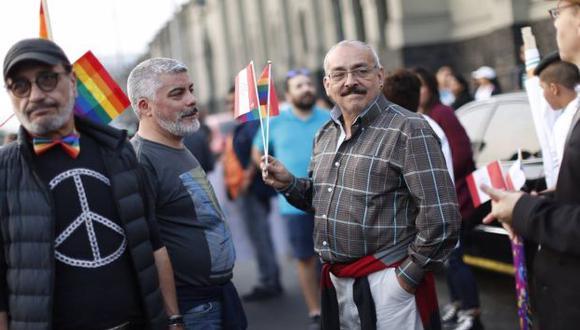 Carlos Victoria y su novio acudieron juntos a marcha por el Día del Orgullo Gay. (Luis Gonzales)