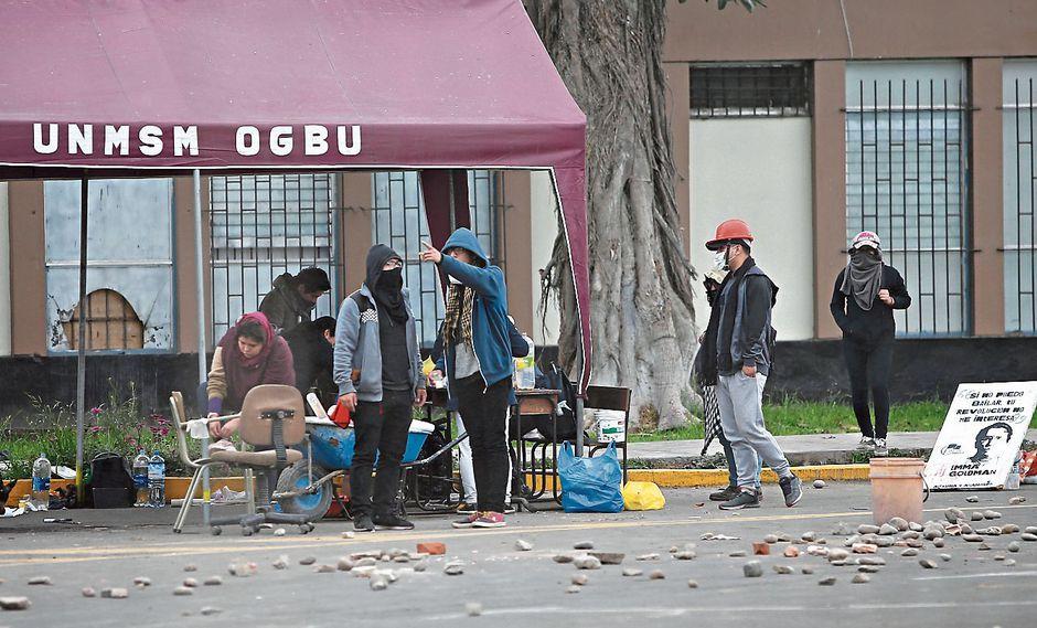 Campus tomado. Universitarios controlan el ingreso y salida de la Universidad Nacional Mayor de San Marcos desde el martes. (Francisco Neyra)