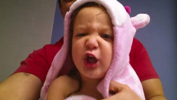 La pequeña había terminado de tomar un baño. (Captura YouTube)