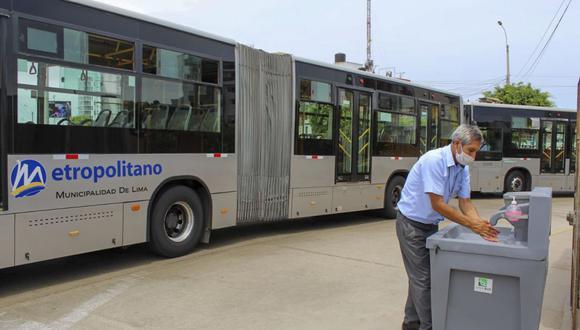 Los conductores del Metropolitano se lavan las manos antes de iniciar su servicio. (Difusión)