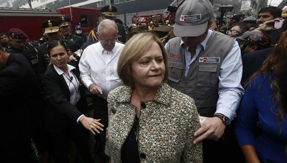 Nancy Lange llegó junto a PPK hasta el lugar donde se registra el incendio en Las Malvinas. (Renzo Salazar)