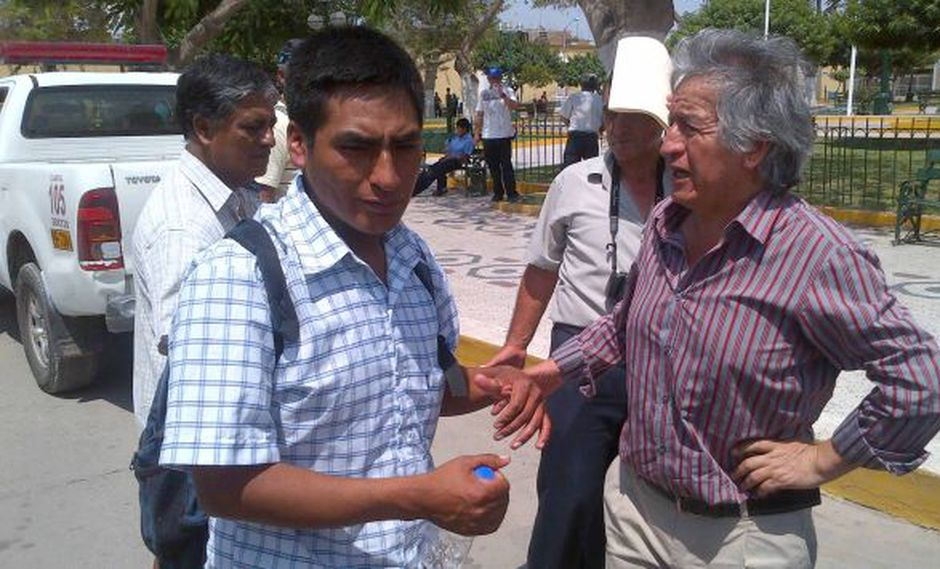 Encuentro del 2 de enero. Congresista Virgilio Acuña dándole indicaciones a Cristóbal Barrios, dirigente de Cañaris. (Difusión)