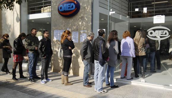 Los griegos hacen largas filas para conseguir un puesto de trabajo. (Reuters)