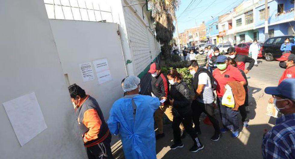 LIMA, 23 DE ABRIL DEL 2020PERSONAL DE LA POLICêA NACIONAL REALIZA LARGAS COLAS DESDE AYER,PARA REALIZAR EL EXçMEN DE DESCARTE PARA EL COVID-19, EN EL HOSPITAL AUGUSTO B. LEGUêA EN EL DISTRITO DEL RêMAC.FOTOS: GONZALO CîRDOVA/ GEC