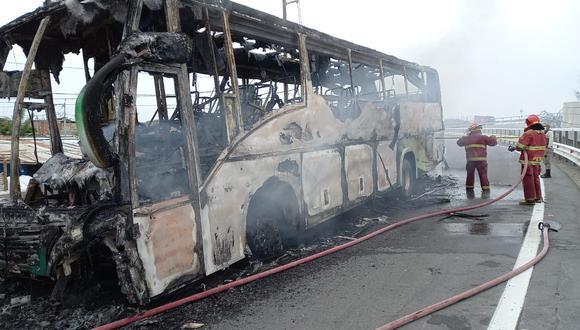 En la mañana de ayer, los manifestantes quemaron un bus de la empresa de transportes Aurelita EIRL que cubría la ruta Piura- Sullana. (Foto: GEC)