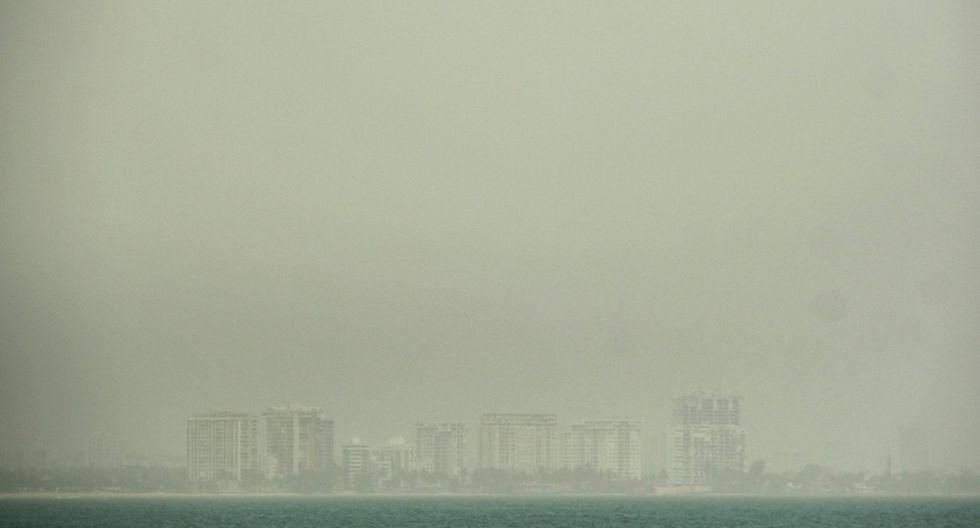 La playa de Isla Verde es cubierta por una tormenta de arena del desierto del Sahara en San Juan, Puerto Rico. (REUTERS/Gabriella N. Baez).