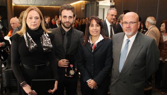 Rodrigo González recibió la distinción de la ministra Magali Silva. (Difusión)