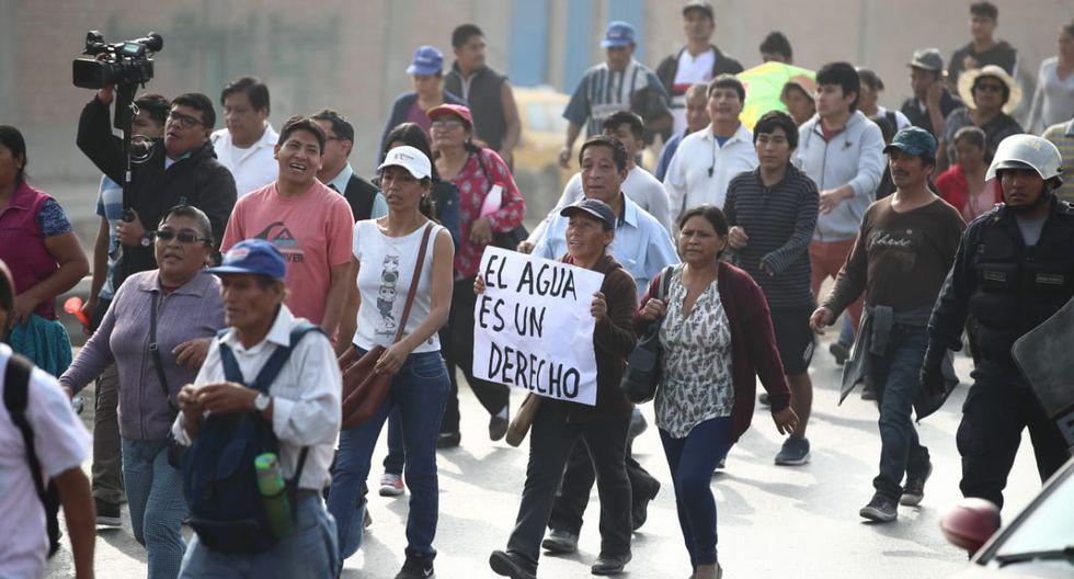 Manifestantes con carteles en mano denunciaron que no cuenta con el servicio desde hace años.(Fotos: Giancarlo Ávila)