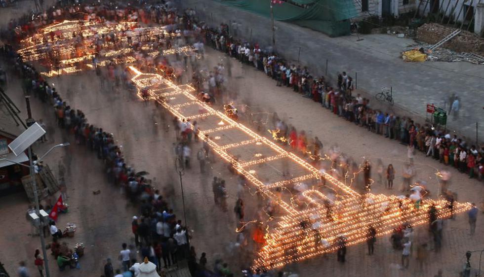 Cientos de velas son utilizadas para rendir homenaje a los fallecidos del terremoto en Nepal (Efe).