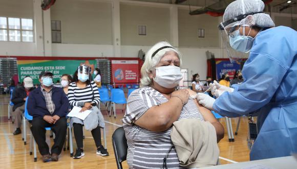 El Ministerio de Salud realiza una vacunación contra el COVID-19 a los adultos mayores. (Foto: Minsa)