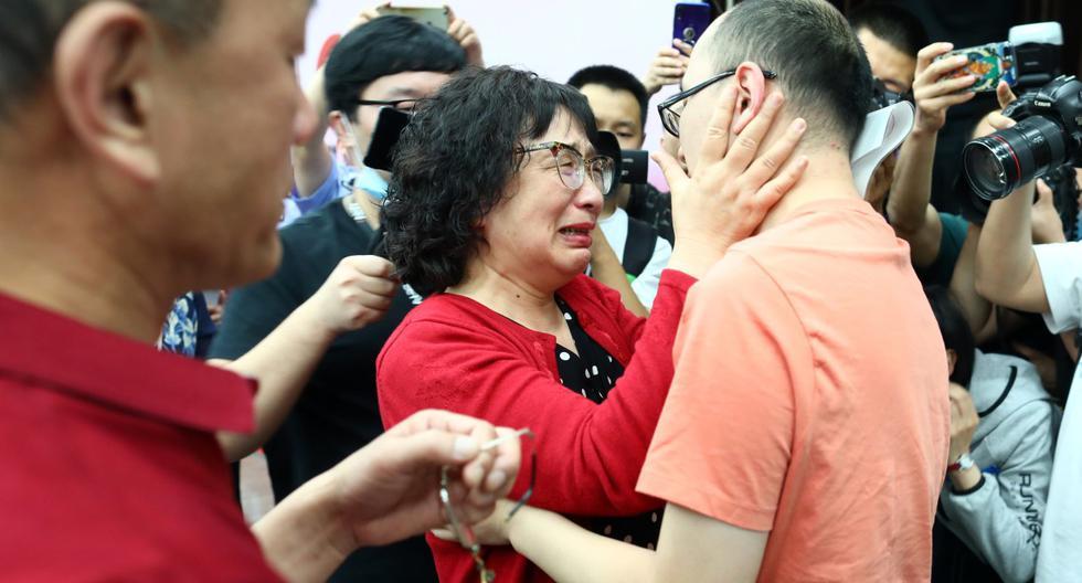 Mao Yin se reúne con su madre Li Jingzhi y su padre Mao Zhenping en Xi'an, en la provincia de Shaanxi, China. (STR / AFP).