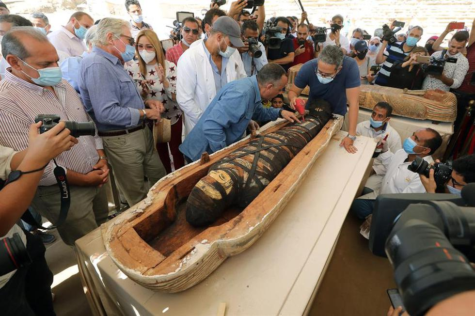 Egipto ha presentado 59 sarcófagos de madera en perfectas condiciones con sus momias, que datan de 2.600 años atrás. (Foto: EFE/EPA/KHALED ELFIQI)