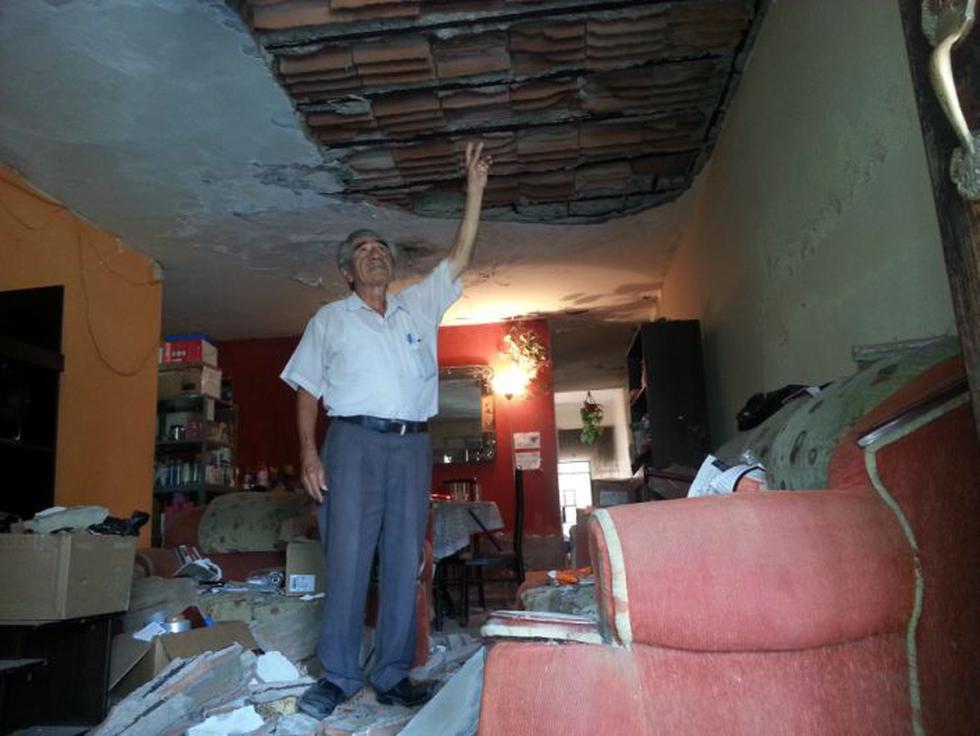 La casa de Teodoro Talledo Inga (76) es la más afectada. El techo de su sala de desplomó. (Shirley Ávila/Perú21)