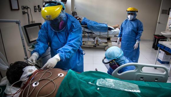Trabajadores de la salud atienden a un paciente contagiado con coronavirus, en la planta para el tratamiento de la Covid-19 del Hospital Sabogal de El Callao, en Lima. (EFE/Sergi Rugrand).