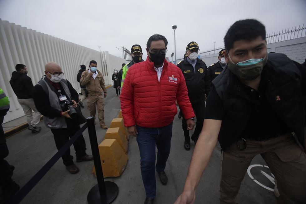 Ministro de Defensa, Walter Martos Ruíz; y ministro del Interior, Jorge Montoya Pérez , supervisan en el aeropuerto Jorge Chavez, las medidas de protocolo antes la pandemia del covid 19