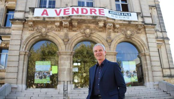 Pierre Bouldoire, decidió llevar su protesta a un nuevo nivel y puso a la venta- de manera figurada- nada más y nada menos que el propio edificio del ayuntamiento. (AFP)