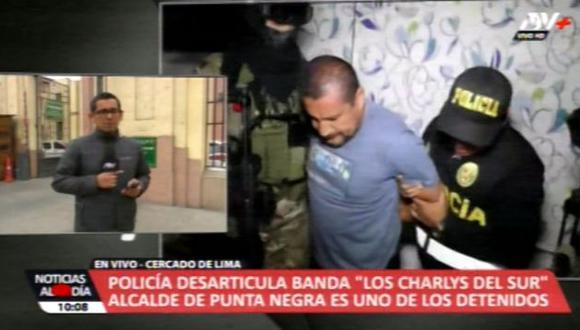 'Los Charlys del Sur' descendieron esposados de los patrulleros que los trasladaron hasta la sede policial en el Centro de Lima. (Foto: Captura de video / ATV+)