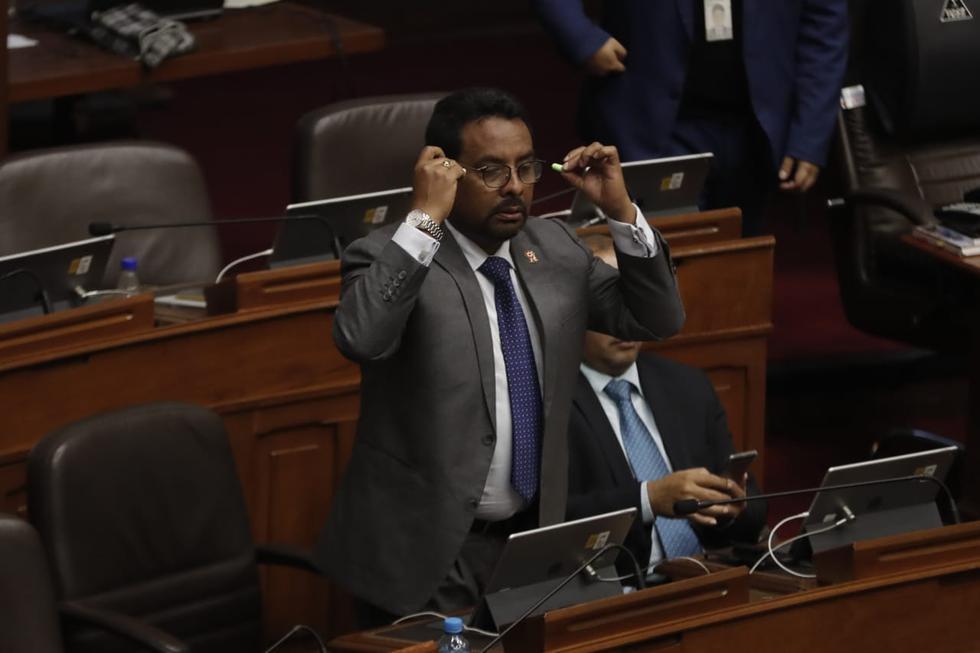 César Segura, de Fuerza Popular, se puso tapones en los oídos durante intervención de Marco Arana. (Renzo Salazar)