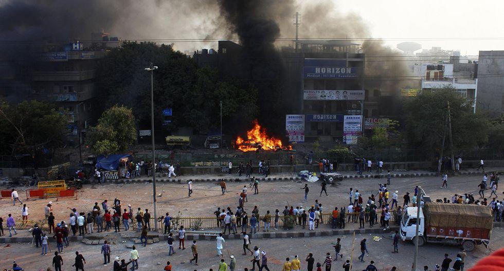 Al menos diez personas, incluido un oficial de policía, murieron y decenas resultaron heridas en los enfrentamientos contra la ley que proporciona la naturalización acelerada para algunas minorías religiosas nacidas en el extranjero pero no musulmanes. (Foto: AP)
