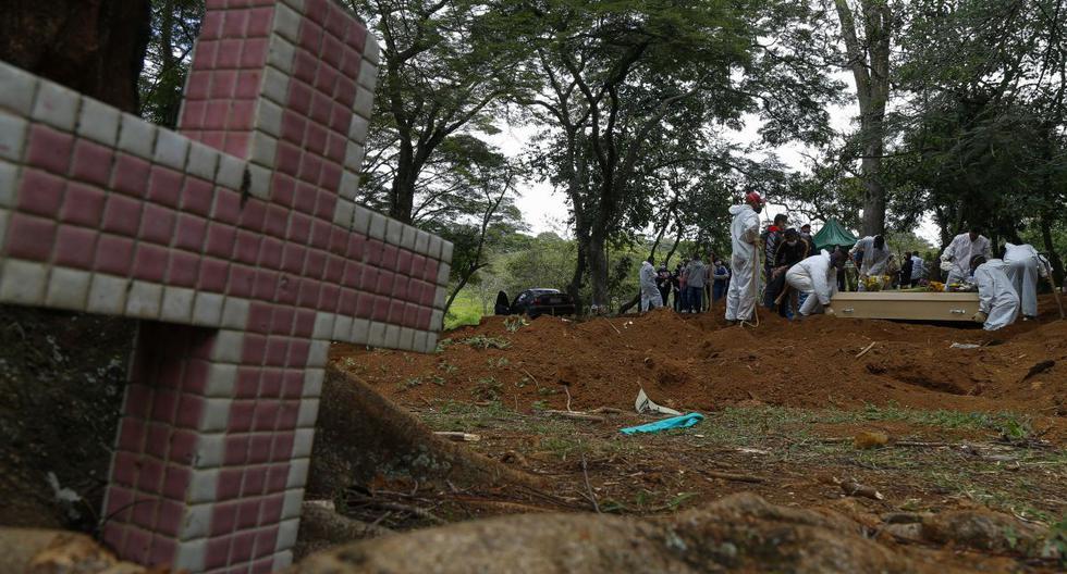 Un ataúd es enterrado en el cementerio de Vila Formosa en Sao Paulo, Brasil, el 14 de abril de 2021. (Miguel SCHINCARIOL / AFP).