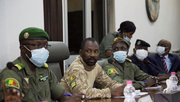 Imagen de Assimi Goita (centro) preparándose para una reunión. (ANNIE RISEMBERG / AFP).