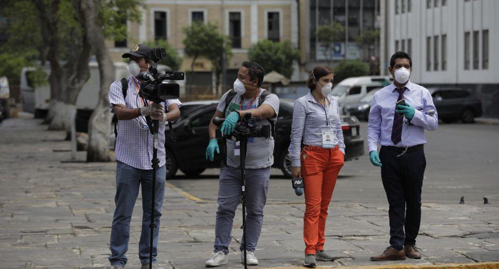 Periodistas de diferentes medios de comunicación realizan la cobertura informativa en el Congreso debidamente protegidos. (Anthony Niño de Guzmán/GEC)